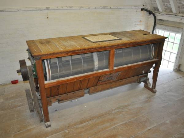 A polyester mill mesh tube is installed on the milling dresser.